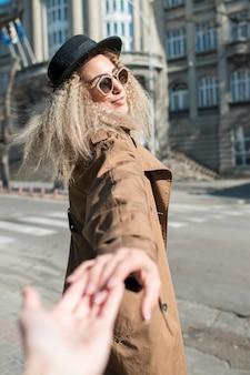 Портрет молодой женщины, держащей руку друзей