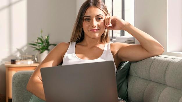 Портрет молодой женщины, держащей ноутбук