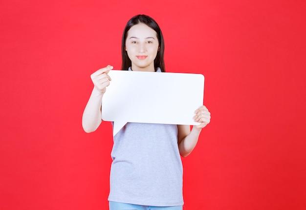 Портрет молодой женщины, держащей доску