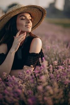 ラベンダー畑の若い女性の肖像画