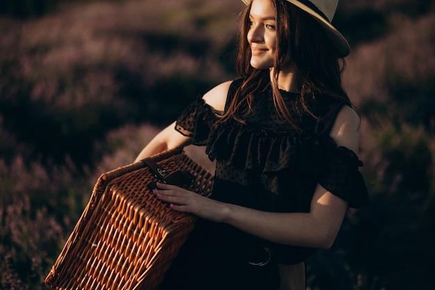 Портрет молодой женщины в поле лаванды