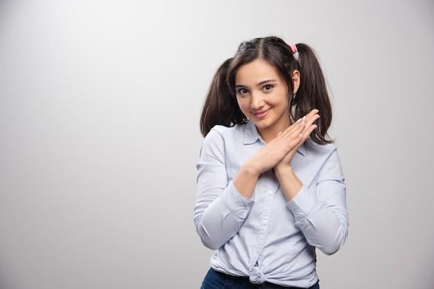 Портрет молодой женщины в голубой представлять блузки.