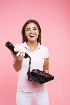 Портрет молодой женщины в прохладном повседневном наряде делает телефонные звонки