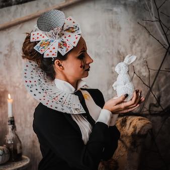 Портрет молодой женщины в костюме червовой королевы с карточным воротником