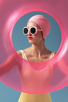Портрет молодой женщины в купальнике в студии