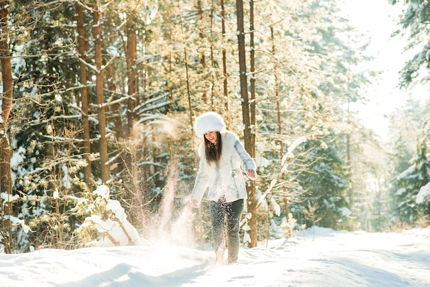 凍るような冬の森の若い女性の肖像画