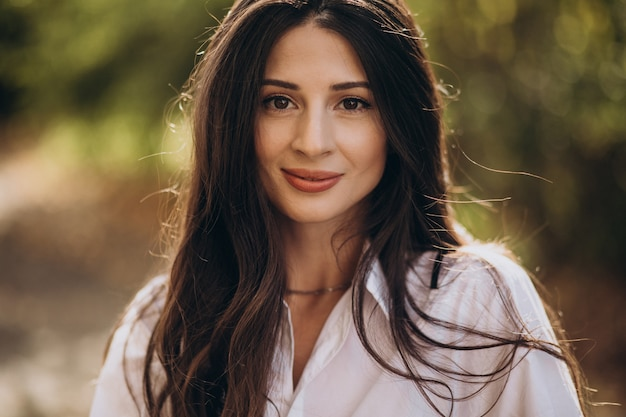 Портрет молодой женщины в белой рубашке
