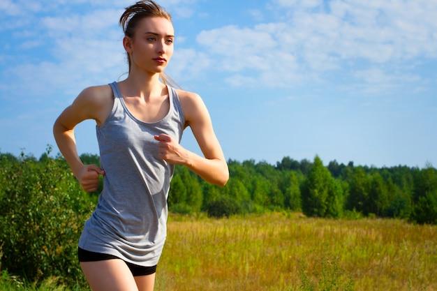 自然の中でジョギングする若い女性の肖像画