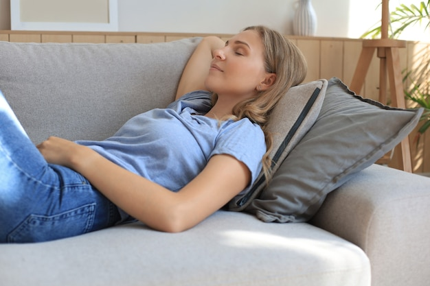 소파에 누워 자고 있는 젊은 여성의 초상화.