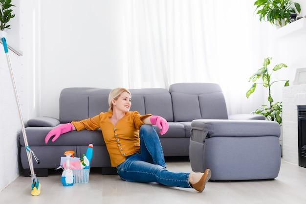 집에서 바닥을 청소하는 젊은 여자의 초상화