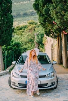 현대 자동차의 배경에 젊은 여자의 초상화