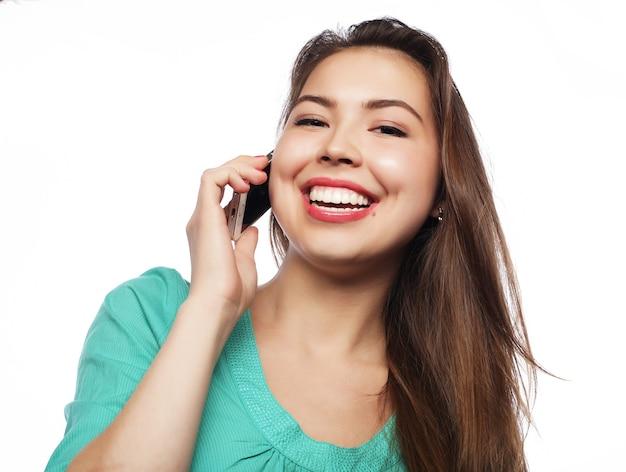白を介して電話で若い女性の肖像画