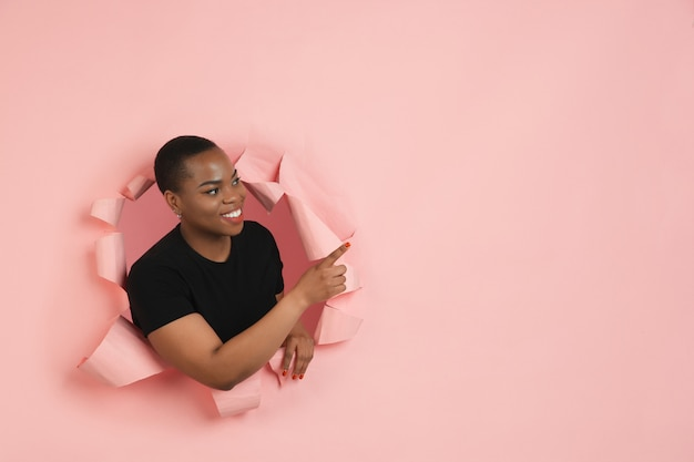 Портрет молодой женщины на розовом фоне разорванный прорыв