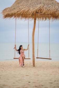 열 대 해변에서 젊은 여자의 초상화