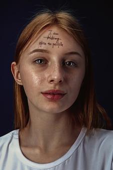 メンタルヘルスの問題を克服する若い女性の肖像画
