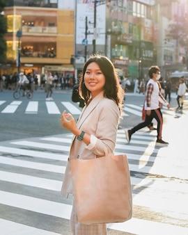 通りでポーズをとって若い女性の肖像画