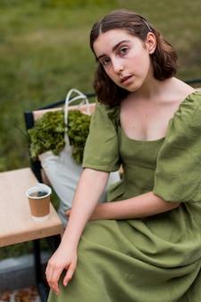 야외 포즈 젊은 여자의 초상화