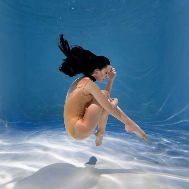 Портрет молодой женщины, позирующей под водой