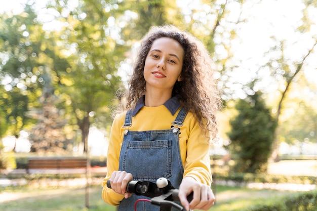 Портрет молодой женщины, позирующей