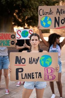 気候変動に抗議する若い女性の肖像画