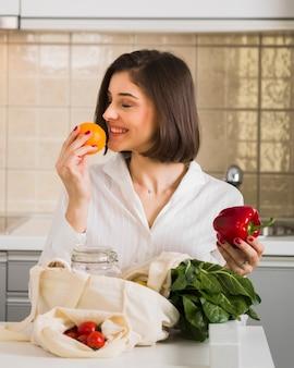 Портрет молодой женщины, гордящейся продуктами