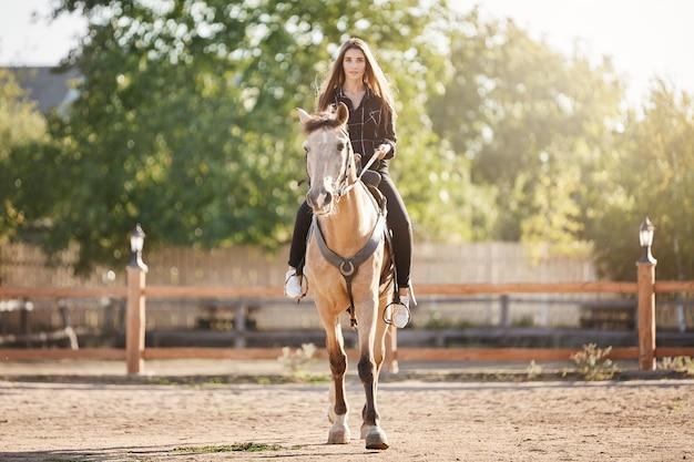 馬に乗って若い女性の肖像画。オフィスから農場に移動するスタリオンマネージャーになることを夢見ています。