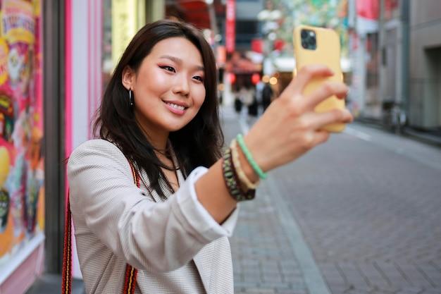 Портрет молодой женщины, улыбающейся на улице