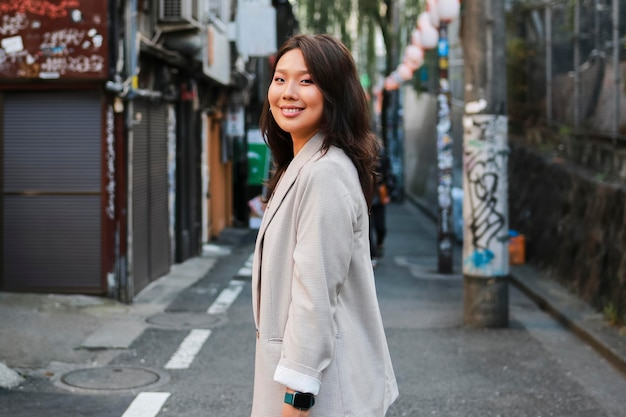 通りで笑っている若い女性の肖像画