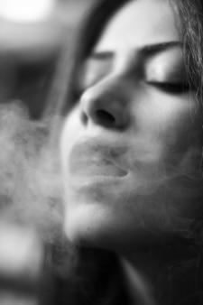 Портрет молодой женщины курение