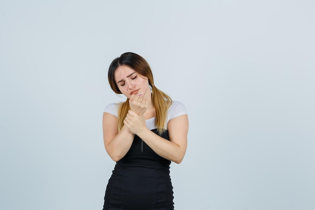 手首の痛みに苦しんでいる若い女性の肖像画