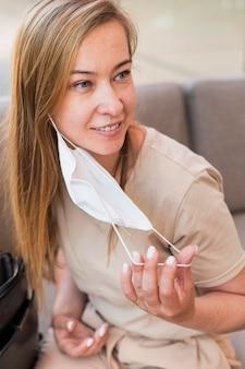 フェイスマスクを脱いで若い女性の肖像画