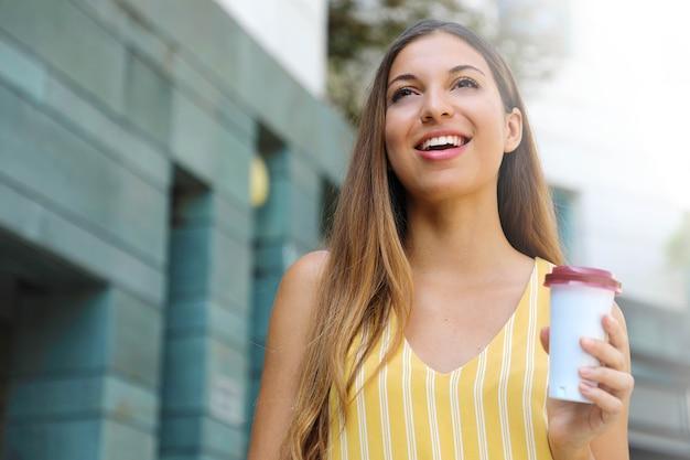 街を歩いて若い女性の肖像画