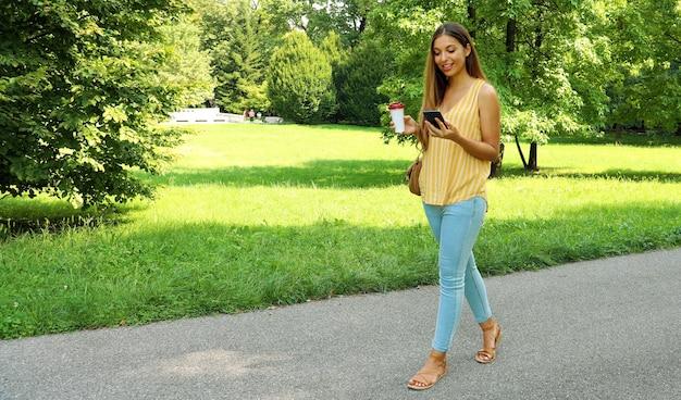 公園を歩いている若い女性の肖像画