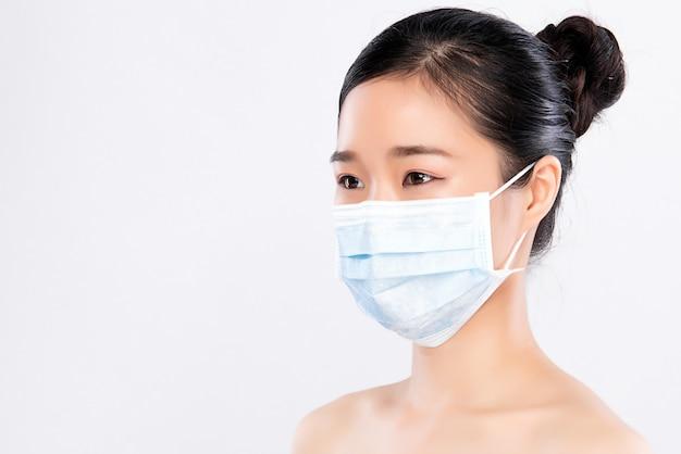 절연 얼굴 마스크를 착용하는 젊은 여자의 초상화. 독감 전염병, 먼지 알레르기, 바이러스 예방. 도시 대기 오염 개념