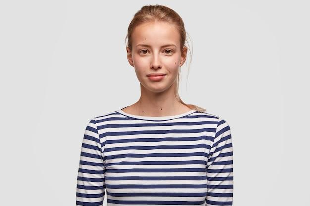 縞模様のブラウスを着ている若い女性の肖像画