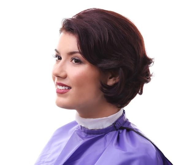Портрет молодой женщины с красивой стрижкой на белом фоне