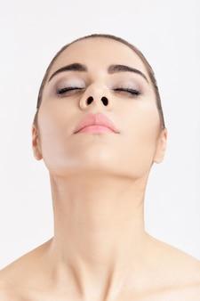 깨끗한 피부를 가진 젊은 여자의 초상화 목 리프팅의 개념