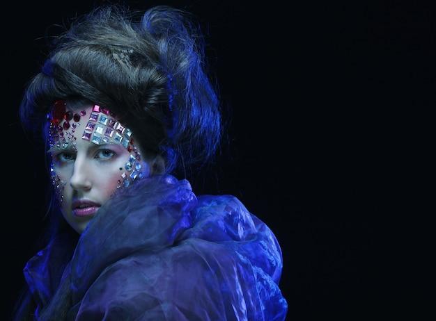 Портрет молодой женщины с творческим лицом, изображением хэллоуина.