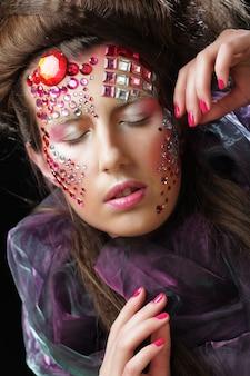 クリエイティブな顔をした若い女性のポートレート、ハロウィーンの写真。