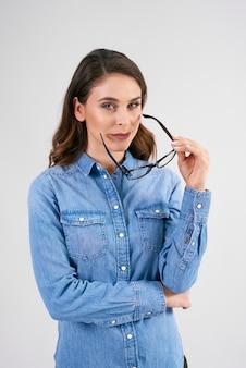 眼鏡をかけた若い女性の肖像画