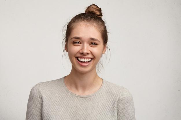 お団子の髪を持つ若い女性の肖像画