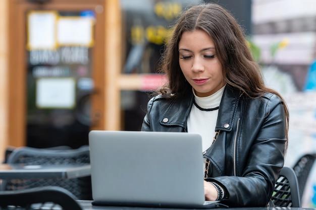 ノートパソコンを持つ若い女性の肖像画