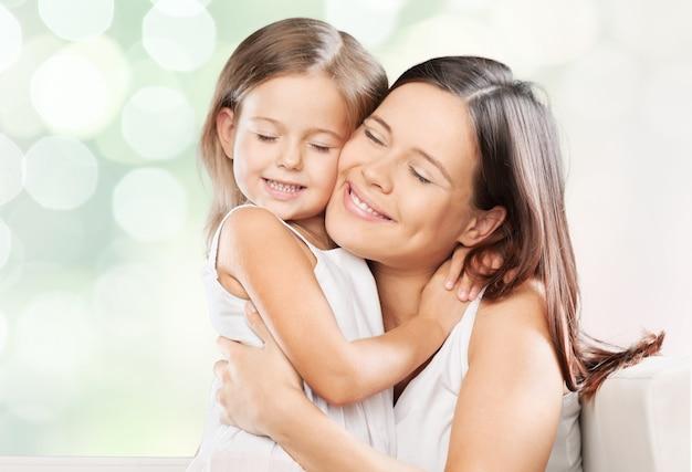 Портрет молодой женщины с маленькой девочкой на фоне