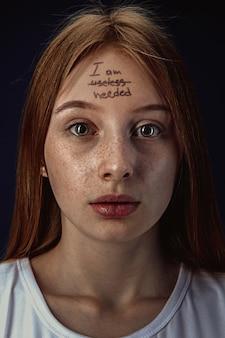 정신 건강 문제를 가진 젊은 여자의 초상화입니다. 나는