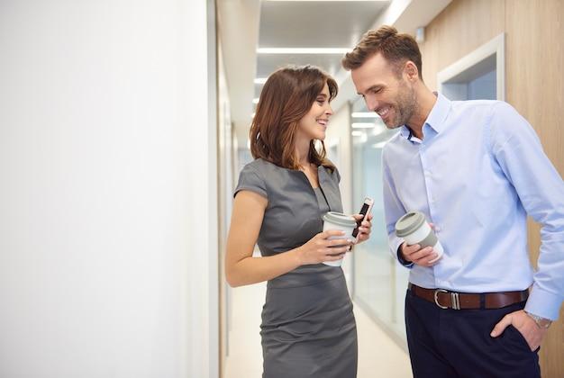 上司と話している携帯電話を持つ若い女性の肖像画