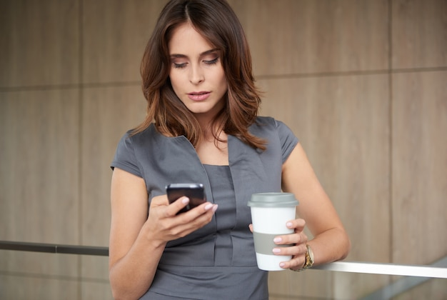 Портрет молодой женщины с мобильным телефоном