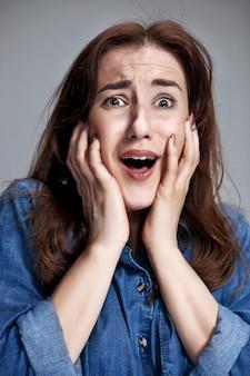 Портрет молодой женщины с шокирован выражением лица