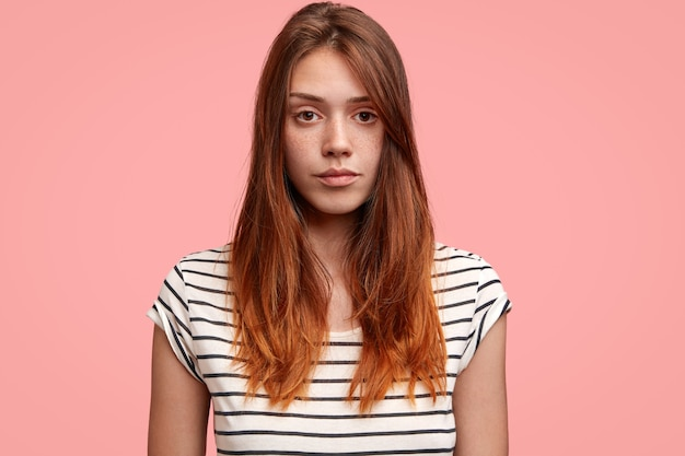 ストライプのシャツを持つ若い女性の肖像画
