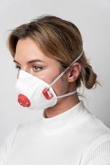 サージカルマスクを持つ若い女性の肖像画