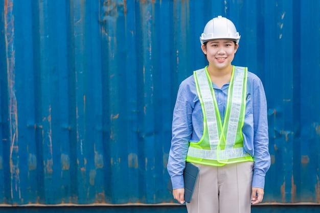 テキストのためのスペースを持つインポートおよびエクスポートの貨物業界を出荷の若い女性労働者の肖像画。